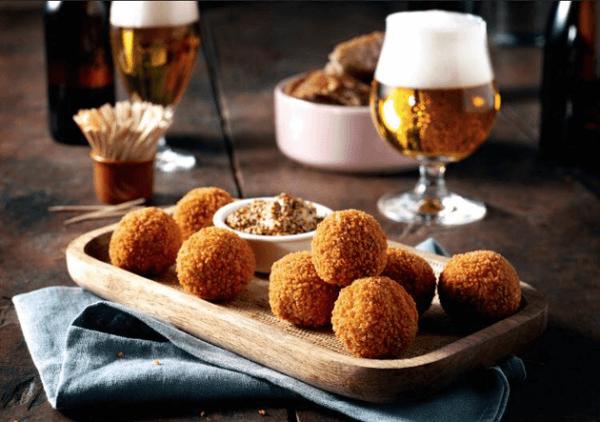 Bitterballen en een biertje